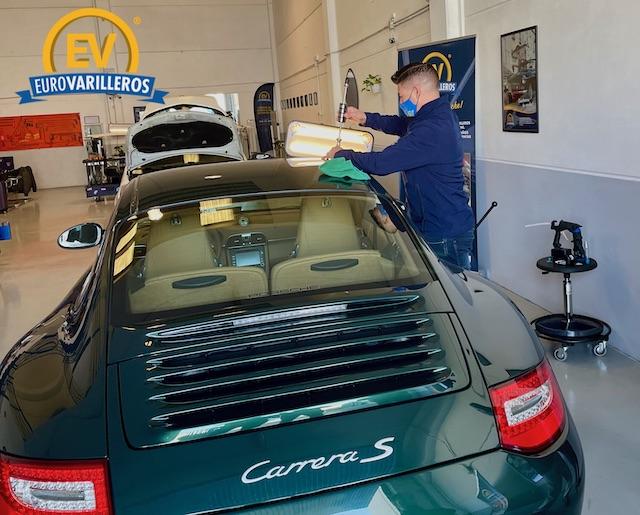 Impresionante reparación de un bollo en este Porche Carrera S verde